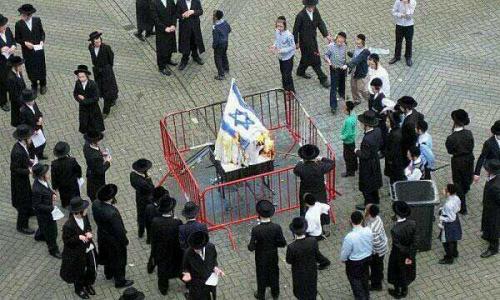 juifs orthodoxes brulant le drapeau sioniste israelien - israel
